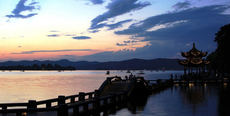 1 Day Hangzhou Classic Tour with Su Causeway, West Lake, Dragon Well Tea Plantation, Six Harmony Pagoda and Hefang Street